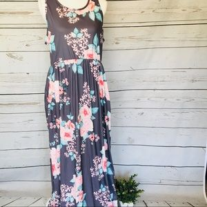 NWT Floral Maxi Dress With Pockets Size: Large